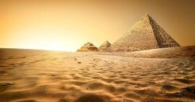 Piramidi nella sabbia egiziana