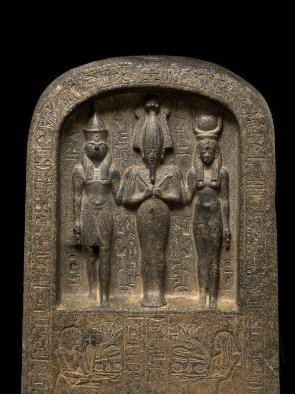 Stele di Dedia, Iside, Osiride e Horus - Trinità Egiziana - Museo del Louvre - Parigi